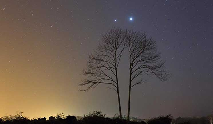 Stasera in cielo si consuma l'abbraccio tra Giove e Venere