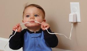 bambino con presa elettrica