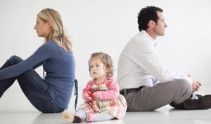 coppia litiga con bambino