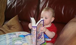 bambino con libro