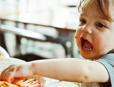 Fa caldo e il bambino non vuole mangiare: che fare?