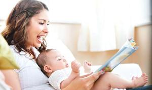 mamma con libro e bambino