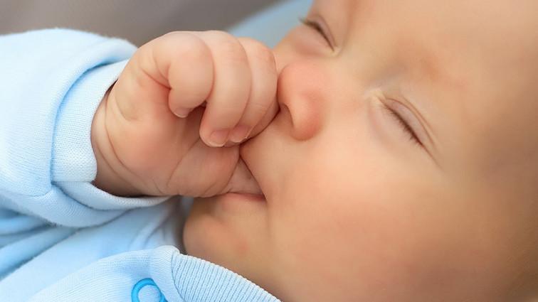 Succhiarsi il pollice può ridurre il rischio di allergie?