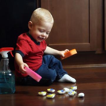 I detersivi sono la prima causa di danni oculari nei bambini