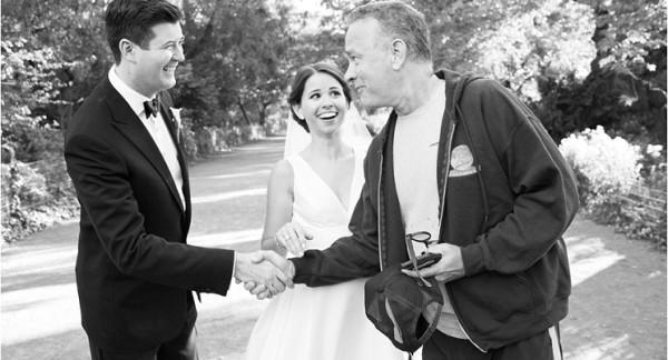 """Tom Hanks, """"imbucato"""" nelle foto di un matrimonio"""