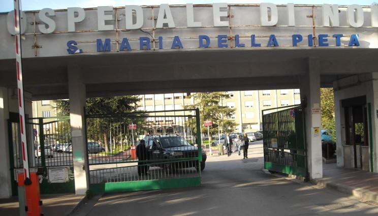 Malati curati sul pavimento: la vergogna dell'ospedale di Nola
