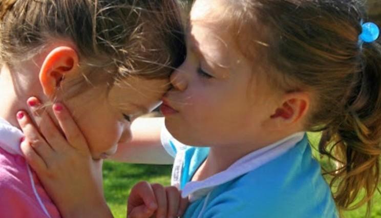 Gemelline in fin di vita, genitori-scienziati scoprono cura per salvarle