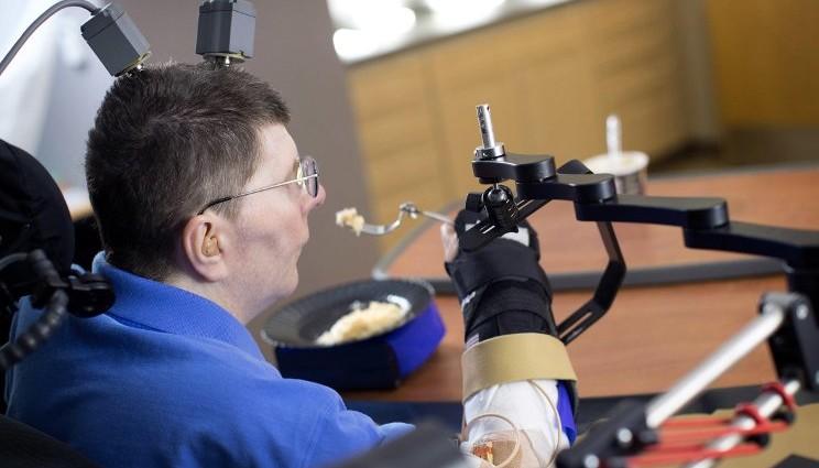 Tetraplegico muove gli arti grazie ad una serie di elettrodi
