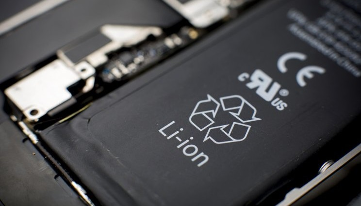 Ricaricare la batteria dello smartphone poche volte all'anno?