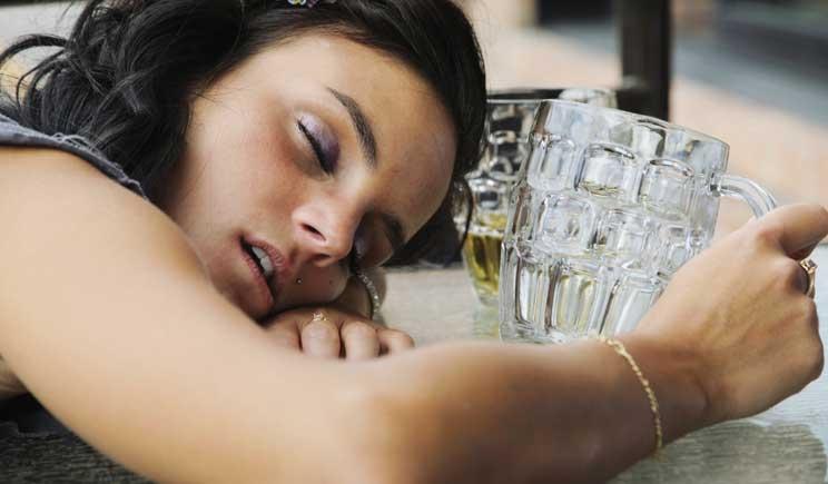 Il consumo di alcool fa dormire prima, ma male