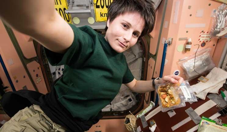 Samantha Cristoforetti legge Rodari dallo spazio