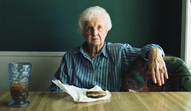Un anziano su tre mangia cibo scaduto o avariato