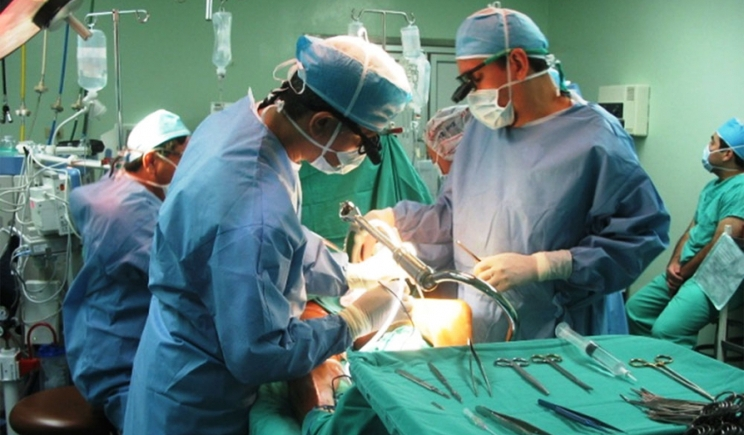 Selfies in sala operatoria, bufera su medici e infermieri