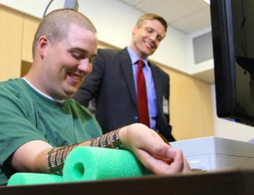Ragazzo paralizzato recupera l'uso della mano con un chip