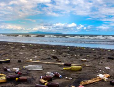 Legambiente: sulle spiagge italiane 714 rifiuti ogni 100 metri