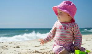 bambini in spiaggia con sabbia