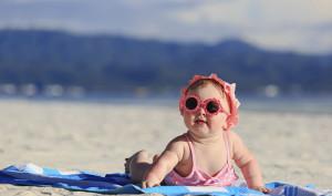 bimba in spiaggia con protezione