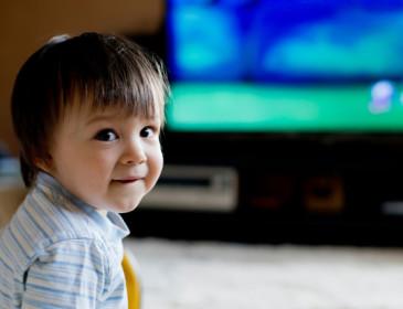 Televisione accesa e rumori di fondo rallentano l'apprendimento dei bambini