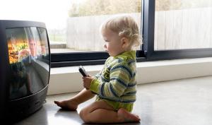 bambino guarda la tv