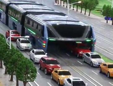 Cina: ecco il bus anti-traffico che viaggia sopra le macchine