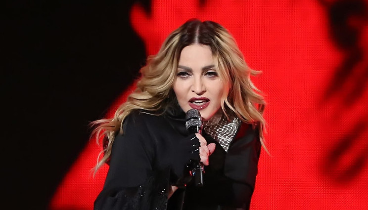 """Madonna """"promette"""" sesso orale agli elettori di Hillary Clinton"""