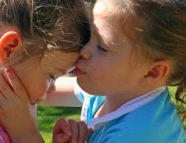 Genitori scienziati trovano una cura per la malattia delle figlie gemelle