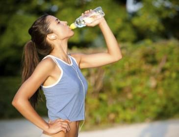 Bere acqua aiuta a bruciare le calorie?